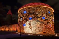 Torre iluminada na cidade velha de Tallinn, Estônia Imagem de Stock