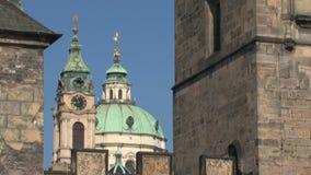 Torre inclinable del puente cerca del puente de ChaRTes, Praga almacen de video