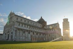 Torre inclinada bonita de Pisa e de catedral de Pisa no nascer do sol com céu azul e nuvem fotos de stock royalty free