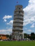 Torre inclinada con los turistas Imágenes de archivo libres de regalías