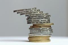 Torre inclinada de monedas euro Imagen de archivo libre de regalías