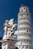 Torre inclinada de Pisa con la fuente con ángeles Imagen de archivo libre de regalías