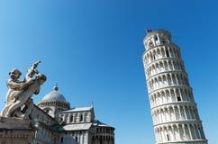 Torre inclinada de Pisa e de catedral fotografia de stock