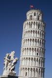 Torre inclinada de Pisa e de estátua Foto de Stock