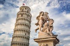Torre inclinada de Pisa e de monumentos foto de stock