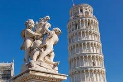 A torre inclinada de Pisa e o estado dos querubins voaram anjos em Pis Imagem de Stock