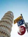 A torre inclinada de Pisa em Itália com guideposts fotografia de stock royalty free