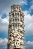 Torre inclinada de Pisa em Toscânia, em um local do patrimônio mundial do Unesco e em uma das construções as mais reconhecidas e  fotos de stock royalty free