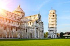 Torre inclinada de Pisa en la puesta del sol imagen de archivo