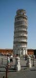 TORRE INCLINADA DE PISA, EN UN DÍA HERMOSO EN PISA, ITALIA Imagen de archivo libre de regalías