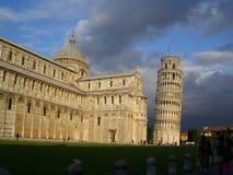 Torre inclinada de Pisa y de la catedral Foto de archivo libre de regalías