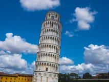 Torre inclinada de surpresa de Pisa contra o céu azul fotos de stock