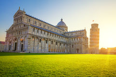 Torre inclinada e catedral de Pisa no nascer do sol Imagem de Stock Royalty Free