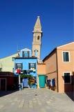 Torre inclinada en la isla de Burano, Italia Imagen de archivo libre de regalías