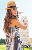 Torre inclinada que enmarca de la mujer de Pisa, Toscana Imagen de archivo
