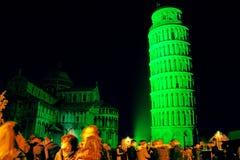 Torre inclinada verde do St patrick fotos de stock royalty free