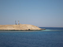 Torre ligera en un arrecife de coral en el Mar Rojo imagenes de archivo