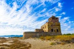A torre litoral velha de sal perto de Piombino em Toscânia, Itália fotos de stock