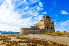 A torre litoral velha de sal perto de Piombino em Toscânia, Itália imagem de stock royalty free