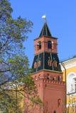 A torre média de Arsenalnaya do dia de mola ensolarado do Kremlin de Moscou Imagens de Stock