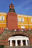 Torre média do ` s Arsenalnaya do Kremlin de Moscou com gruta Rússia Fotografia de Stock Royalty Free
