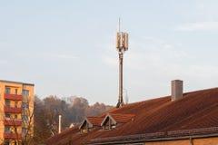 Torre móvil de la célula en un tejado Foto de archivo libre de regalías