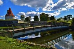 Torre magnífica do castelo e ponte de madeira na fortaleza de Kuressaare, Estônia Imagens de Stock Royalty Free