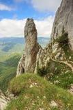 Torre majestosa da rocha nas montanhas, montanhas de Piatra Craiului, Carpathians, Romênia Foto de Stock