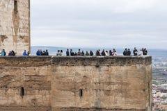 Torre massiccia di Alhambra con gli ospiti Immagine Stock Libera da Diritti