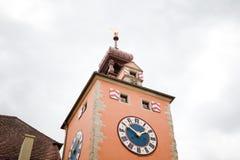 Torre medieval da igreja com pulso de disparo grande Foto de Stock