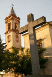 Torre medieval da igreja e da cruz Fotografia de Stock Royalty Free