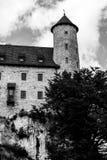 Torre medieval del castillo y del reloj en blanco y negro Fotografía de archivo libre de regalías