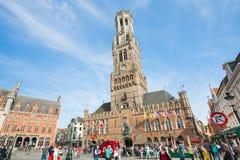 Torre medievale antica con l'orologio nel campanile di Bruges Immagini Stock Libere da Diritti