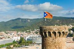 Torre medievale con la bandiera della Catalogna Fotografie Stock