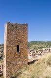 Torre medievale dell'orologio sopra il paesino di montagna di Alquezar Fotografia Stock