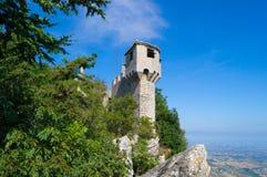 Torre medievale di Cesta della La del titano del supporto a San Marino L'Italia Immagini Stock Libere da Diritti