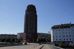 A torre Messeturm da feira de comércio e a skyline de Francoforte ao lado das terras da feira de comércio de Francoforte vistas d foto de stock royalty free