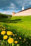 Torre metropolitana di vista di architettura e torre di orologio del Cremlino di Novgorod, Veliky Novgorod, Russia, paesaggio di  Fotografia Stock Libera da Diritti