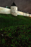 Torre metropolitana en Veliky Novgorod el Kremlin, Rusia por noche lluviosa del otoño imagen de archivo libre de regalías