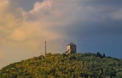 Torre in mezzo ad una bella natura nella città di Vrsac fotografia stock libera da diritti