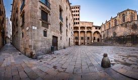 Torre Mirador och Palau del Lloctinent på Placa del Rei Arkivbilder