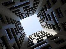 Torre moderna alta 3d de la oficina del patio interno oscuro ilustración del vector