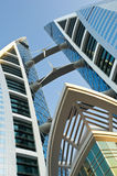 Torre moderna de la oficina con las turbinas Imágenes de archivo libres de regalías