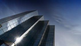 Torre moderna de la oficina del vidrio y del acero Fotos de archivo libres de regalías