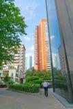 Torre moderna dos prédios acima da rua abaixo imagens de stock
