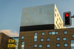 Torre modernista del edificio con los semáforos Imagenes de archivo