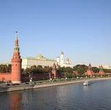 Torre, muelle y río de Kremlin Imagen de archivo libre de regalías