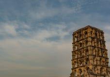 Torre multi-storay en el palacio de Thanjavur - igualación de la visión con el fondo del cielo azul foto de archivo