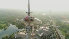 Torre Munich da tevê no voo do sol da manhã do nascer do sol no helicóptero filme