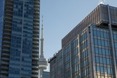 Torre nacional canadiense del NC de la torre rodeada por edificios más modernos en Toronto céntrico La torre del NC es el edifici Fotografía de archivo